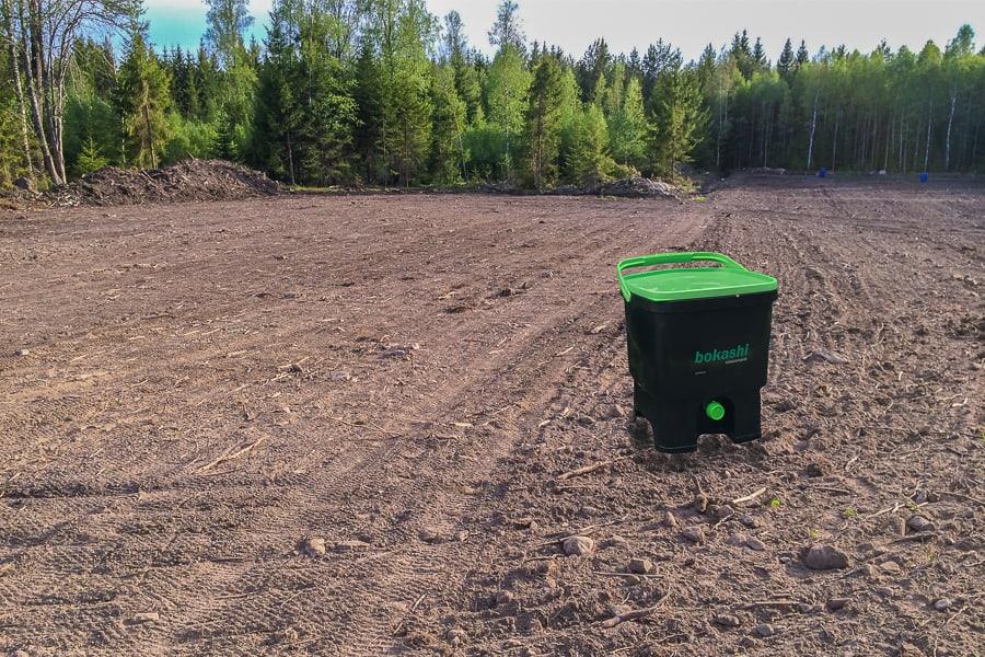 Är Bokashi lösningen på utarmade jordbruksmarker? Och vill vi i så fall ersätta naturliga mikroorganismer med sådana som tillverkats på fabrik och ägs av ett företag?