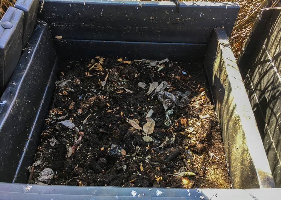 Min varmkompost har ätit allt organiskt avfall här på gården. Mängder med pressrester, äggskal, fruktrens och ett antal döda djur. Nu är allt mull.