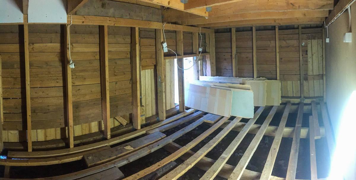 Nu är allt skivmaterial borta ur första rummet som ska renoveras. Nästa steg är att ta bort golvreglarna och börja gräva ut grunden.