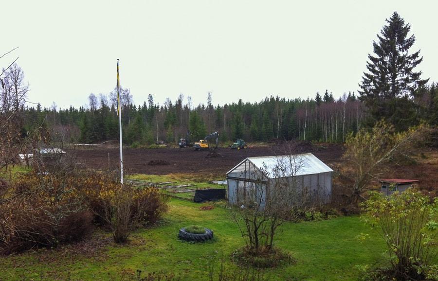 Skotare, grävare och traktor med fräs. När maskinerna väl kommer går det snabbt att få ordning på marken.