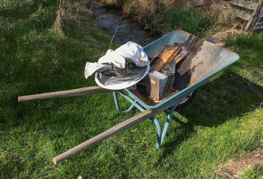 När jag hade flera samhällen använde jag kärran till trädgårdstraktorn. Nu räcker det med en skottkärra.