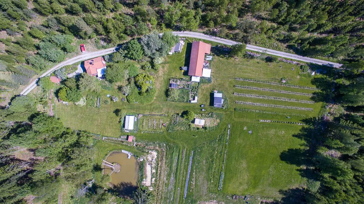Gården från 120 meters höjd – maximal flyghöjd utan tillstånd när man flyger drönare.