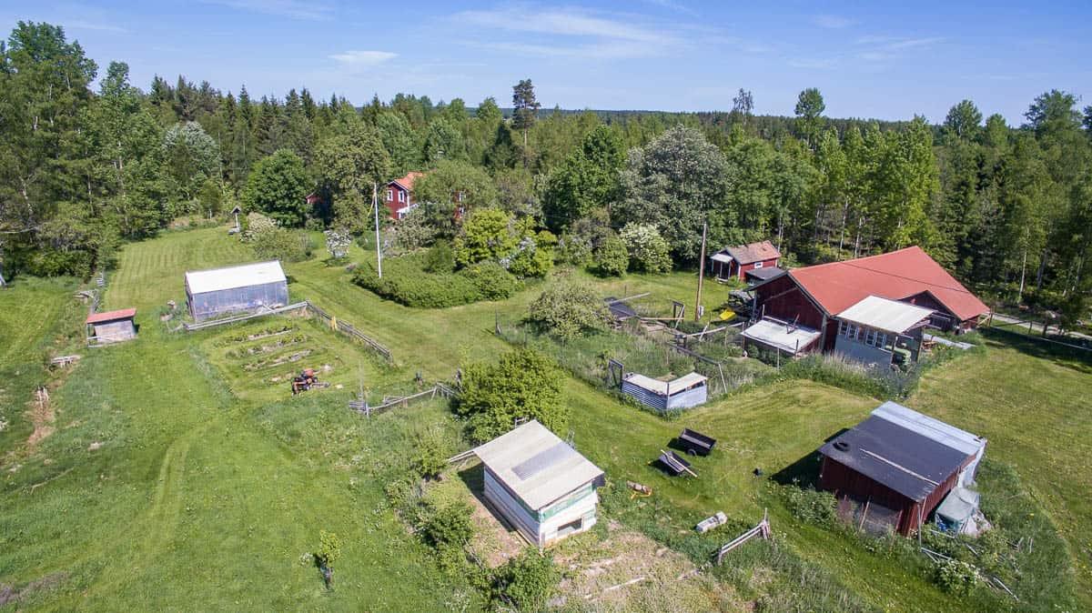 När mast gården ser det rätt bra ut. Och till vänster i bild ser du min havererade trädgårdstraktor.