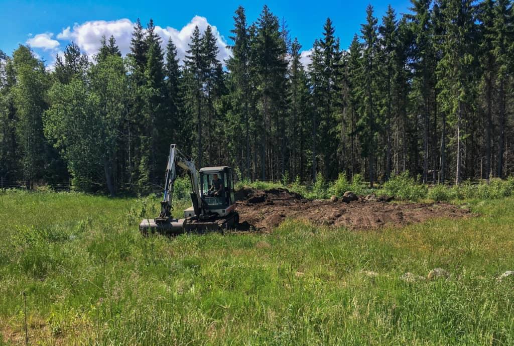 Grannen hjälpte till att sprida ut jorden över fältet och sorterade dessutom bort de största stenarna.