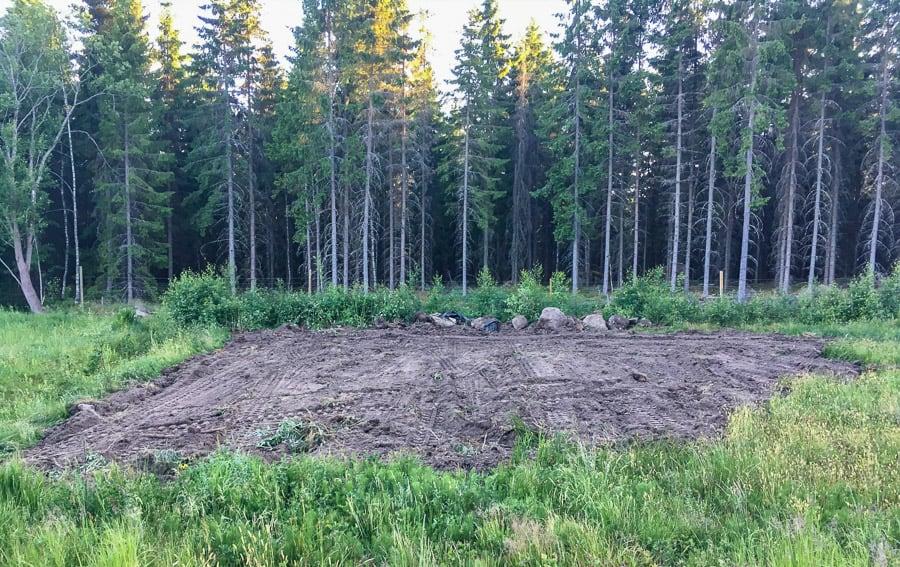 Av jord var den kommen och nu är den jord igen. Nu är matjordslagret återbördat till fältet det en gång kom ifrån.