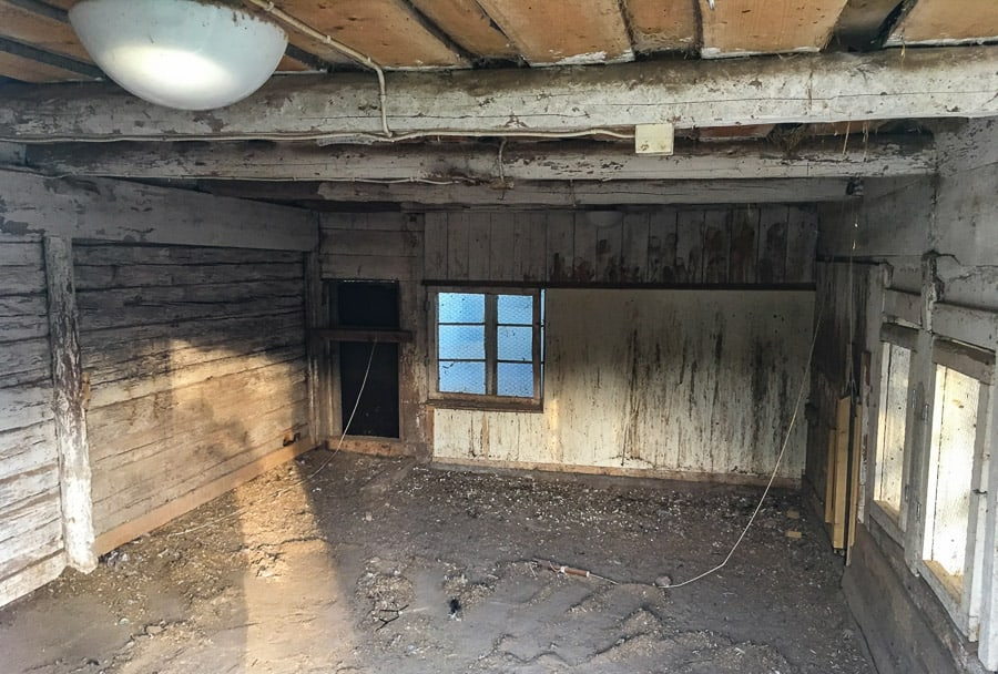 Mitt gamla hönshus är genomborrat av råtthål och jag vill inte fortsätta renoveringen så länge det finns råttor. Jag vill inte att de flyttar till bostadshuset.