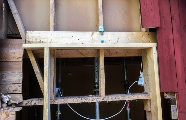 Mittenregeln i dörröppningen är en del av en bärande vägg och därför har jag avlastat den två reglar, en liggande som bildar ytterkant till dörren och en stående som ska ta upp de verkliga lasterna.