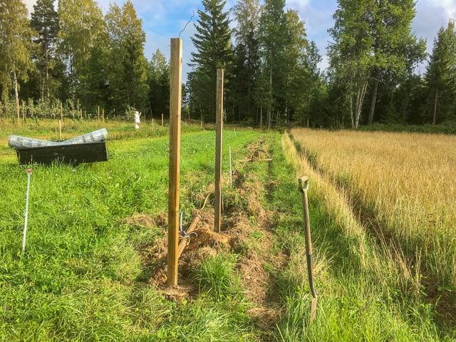 Att bygga stängsel över åkermark är relativt enkelt och man kan använda redskap för att bereda marken.