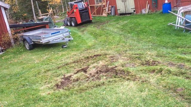 Det är gräsmattan som får betala prisel för kompaktlastarens utmärkta svängradie.
