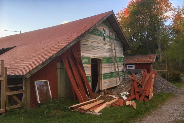 När fasaden var nedplockad blev det rätt lätt att isolera och sätta upp vindpapp. sen gällde det att pussla ihop fasaden igen.