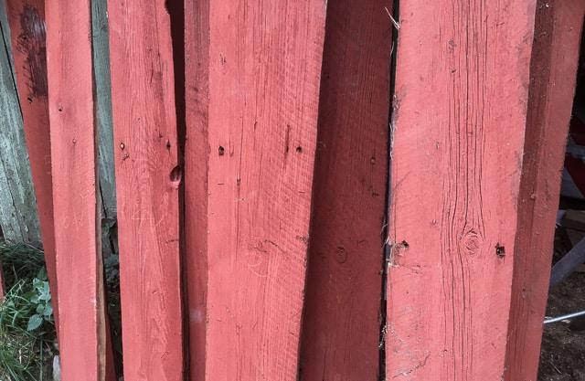 Genom att matcha de gamla spikhålen gick det rätt lätt att placera fasadbrädorna i rätt ordning genom att se avståndet upp till snedsågningen för taket.