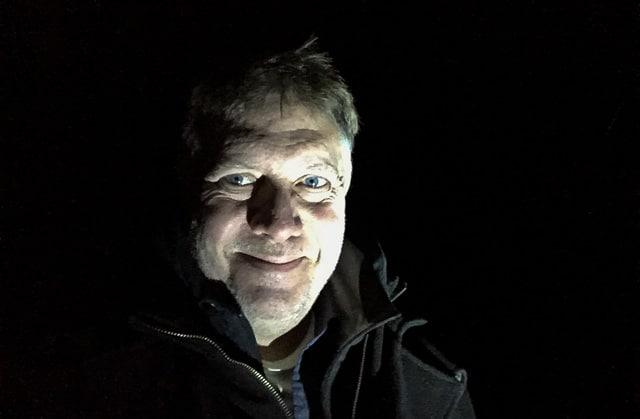 Har inga problem med att bo själv eller att gå sista nattrundan på gården i totalt mörker. Sen gör jag det sällan ensam – hund och katt brukar följa med mig.
