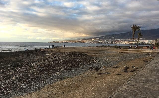 Stränderna på Teneriffa är av två typer – antingen vulkansand med sten eller inblåst sand från Sahara.