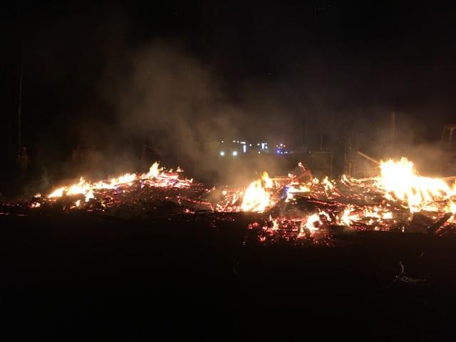 Två timmar efter att jag sett flammorna var det bara en glödande hög av aska kvar.