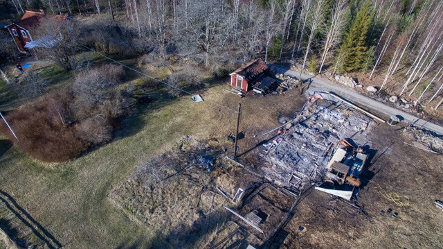 Mindre än en kvart efter att jag såg de första lågorna var ladugården övertänd. Elden lämnade praktiskt taget bara aska kvar. Hade det blåst åt andra hållet kanske huset varit borta också.