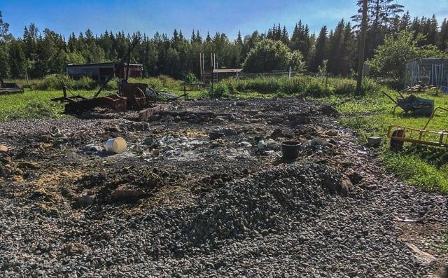 Nu är praktiskt taget all metall och gammalt bränt virke bortsorterat – sen ska grunden spräckas och grävmaskinen ta över.