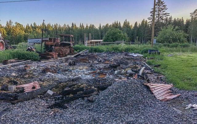 Samlar jag ihop allt metallskrot och får iväg det till tippen så kan jag köra fram med traktorn och samla ihop resterna i en prydlig hög.  När jag ska sanera efter branden själv blir det som jag vill ha det.