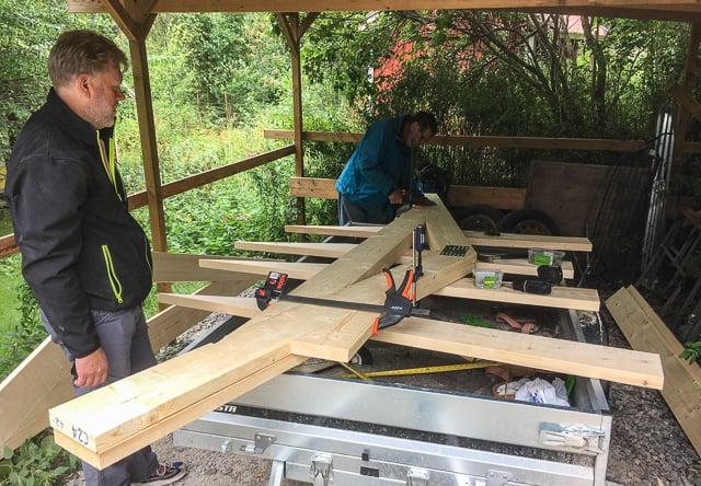 Jag fick hjälp helgen med takstolar och väggar till friggeboden. Det går snabbare när man har hjälp och jag är mycket tacksam. En släpkärra är en utmärkt byggplattform.