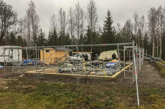 Nu är återuppbyggnaden av ladugården äntligen på gång - fast nu blir det en maskinhall. Men jag misstänker att det kommer att gå undan.